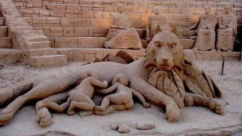 Statue zeigt zwei wilde Kinder, die die Milch einer Wölfin trinken