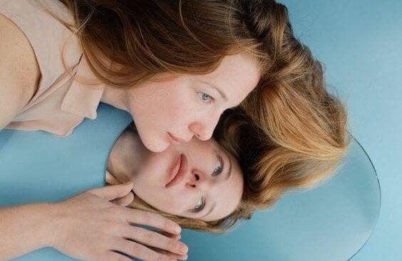 Steht Selbstliebe für ein gesundes Selbstwertgefühl oder Egoismus? - Frau und ihr Spiegelbild