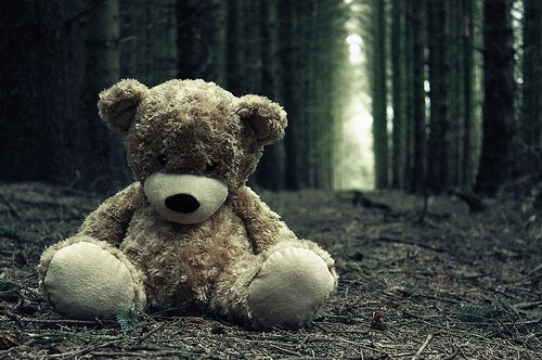 Selbstmord in der Kindheit - Teddybär auf Waldboden