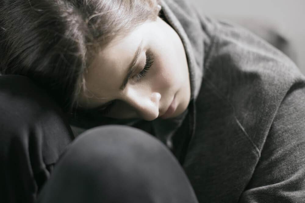 Traurige Frau in Schwarz gekleidet