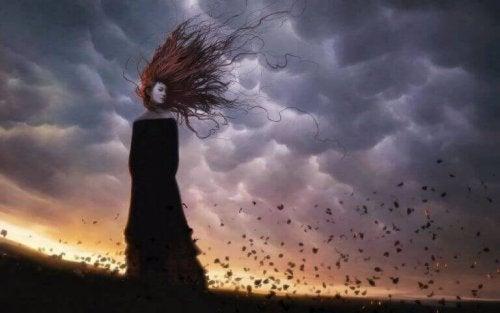 Traurige Frau auf windigem Feld