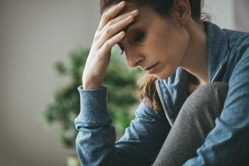 Traurige Frau, die über ihre Probleme nachdenkt und vielleicht eine depressive Mutter ist