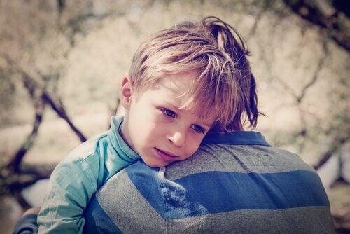 Trauriger Junge wird umarmt