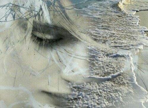 Ein Gesicht mit geschlossenen Augen blendet sich über in einen Strand mit Wellen.