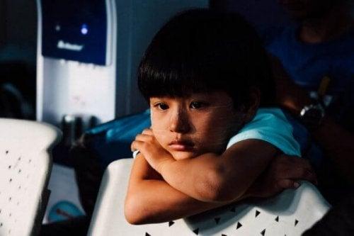 Ein Kind blickt nachdenklich in die Kamera.