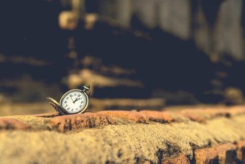 Kollektive Nostalgie - Uhr auf Stein repräsentiert, wie die Zeit vergeht