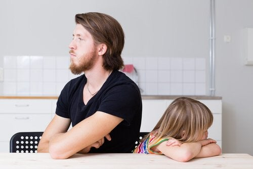 Ein Vater, der sauer auf seine Tochter ist