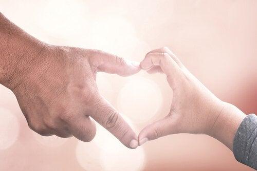 Kinder mit Krebs brauchen viel Unterstützung, wie dieses von Händen geformte Herz symbolisiert