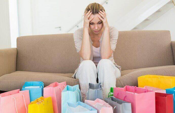 Verzweifelte Frau mit vielen Einkaufstüten