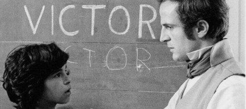 Bild von Victor de Aveyron vor einer Tafel, mit einem Lehrer