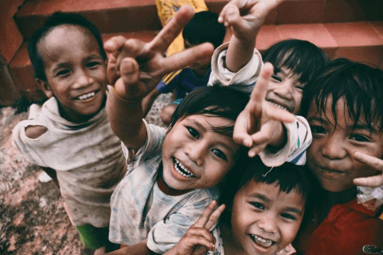 Waisenkinder lachen fröhlich in die Kamera