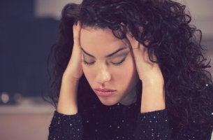 Warum bin ich so müde? - Eine Frau zeigt Symptome von Müdigkeit und Verzweiflung, dennoch kann sie nicht einschlafen.