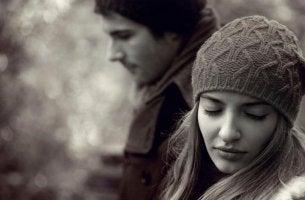 Wenn die Liebe endet - Frau wendet sich vom Partner ab