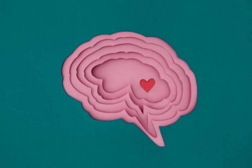 Winziges Herz in einem Gehirn
