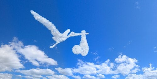 Wolken in Storchform mit Baby