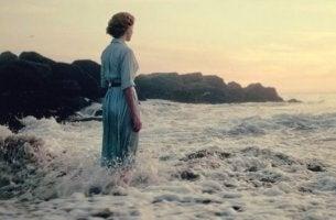 Beklemmungen - Eine Frau steht im Meer.