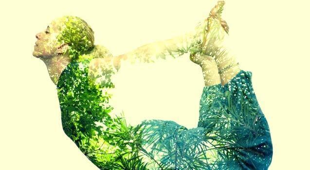 Frau verbindet sich beim Yoga mit der Natur