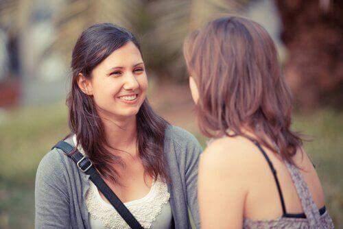 Zwei Frauen reden miteinander
