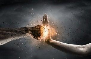 Wut, Gift für den Körper - zwei Hände prallen aufeinander
