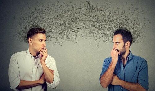 Zwei Männer schauen sich an. Über ihren Köpfen sind Gedankenströme dargestellt.
