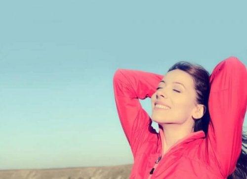 Glückliche Frau mit einer positiven Einstellung