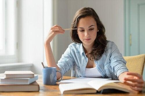 Frau lernt konzentriert