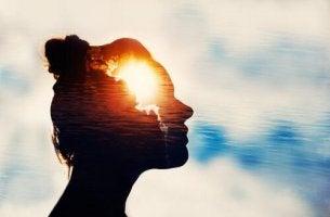 Zitate zur Achtsamkeit - Silhouette einer Frau vor Himmel und Wasser