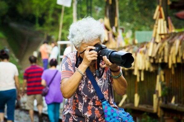 Eine ältere Frau macht Fotos.