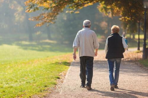 Älteres Ehepaar geht spazieren.