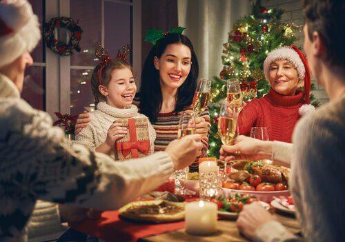 Zu Weihnachten wird mit Sekt angestoßen