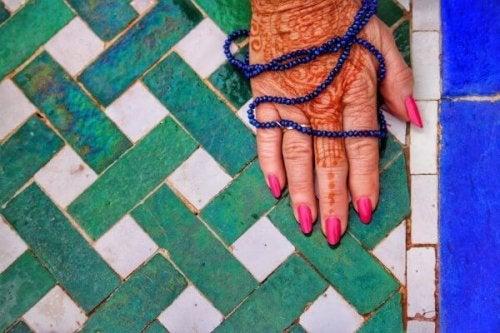 Eine mit Henna bemalte Hand