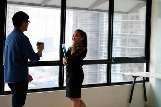 Arbeitnehmer unterhalten sich im Büro.