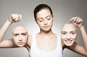 Emotionen verstehen - Eine Frau hält zwei ihrer Gesichter in den Händen, eines fröhlich, eines skeptisch.