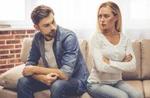 Es gibt einen sich verhärtenden Konflikt in der Beziehung zwischen dem Mann un der Frau auf der Couch.