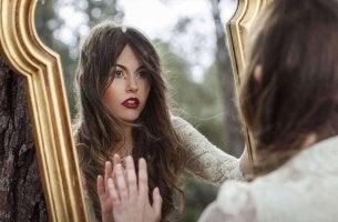 Blick in den Spiegel als Symbol für das Bedauern
