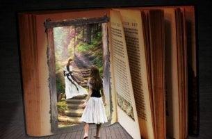 Ein Mädchen folgt einer anderen Frau zwischen die Buchseiten eines Buches.