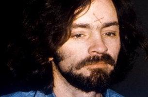 Charles Manson mit seinem Kreuz auf der Stirn
