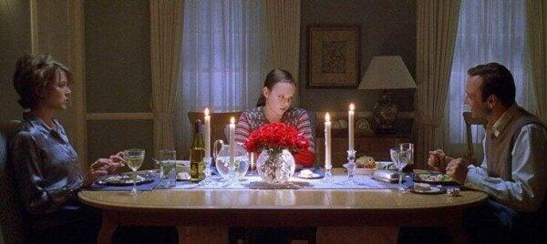 Filmszene aus American Beauty, in der die Familie am Dinnertisch sitzt.
