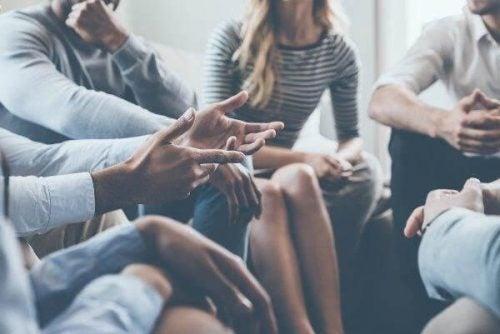 Menschen diskutieren im Kreis.