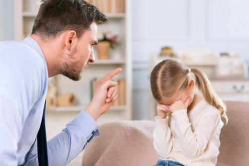 Ein Vater schimpft seine Tochter aus.