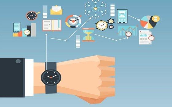 Eine Armbanduhr und viele nützliche Hilfsmittel zur Effizienzsteigerung