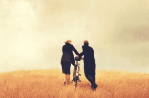 Wann man eine Beziehung beenden sollte - ein Paar schiebt gemeinsam ein Fahrrad
