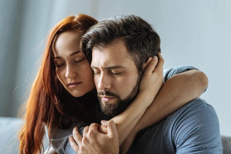 Eine toxische Ehe ist oft mit emotionaler Abhängigkeit verbunden