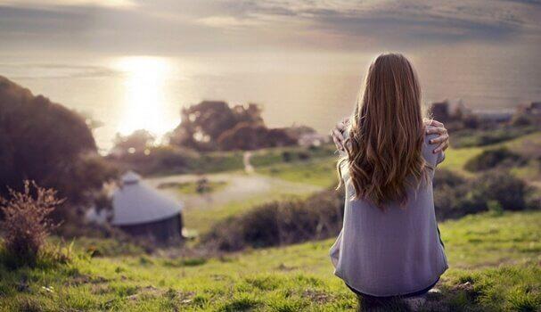 Wer, wie diese Frau, allein in der Natur sitzt, muss wohl einen ruhigen Geist haben.