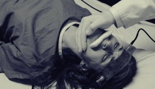 Elektroschocktherapie bei einer Frau