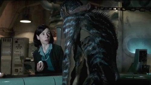 Elisa und der Amphibienmensch stehen sich gegenüber