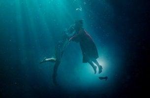 Elisa und der Amphibenmensch, die Hauptfiguren von Shape of Water, unter Wasser
