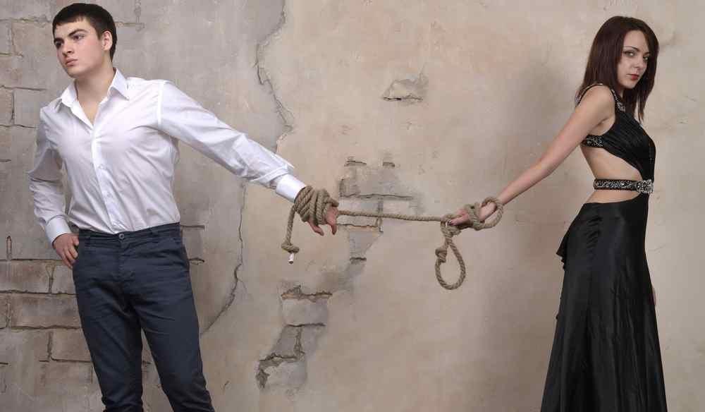Paar ist an den Händen gefesselt