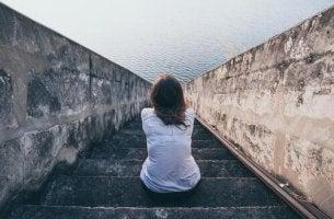 Erschöpfte Frau allein auf einer Treppe