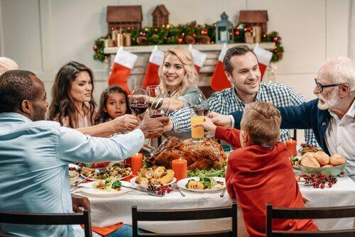 Weihnachtsfeiern - Eine Familie stößt zusammen an.